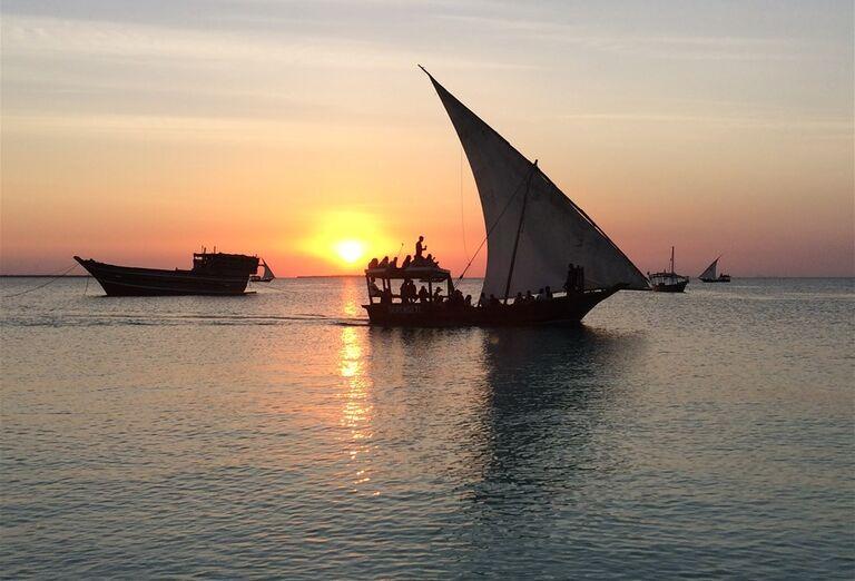 Pohľade na loď v mori Zanzibar - poznávanie afrického raja