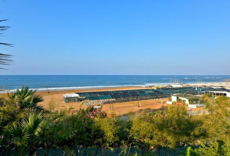 Piesková pláž pre hotelom Side Star Resort