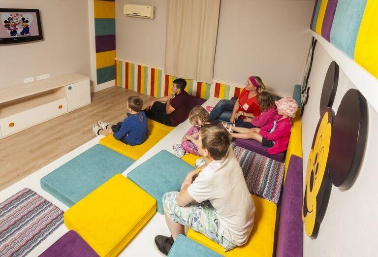 Deti pozerajúce rozprávku