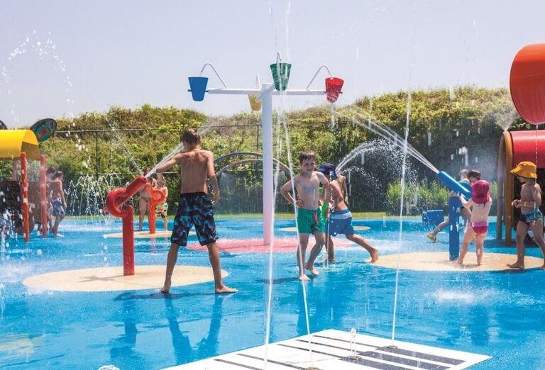 Zábava pri vodných atrakciách pri bazéne