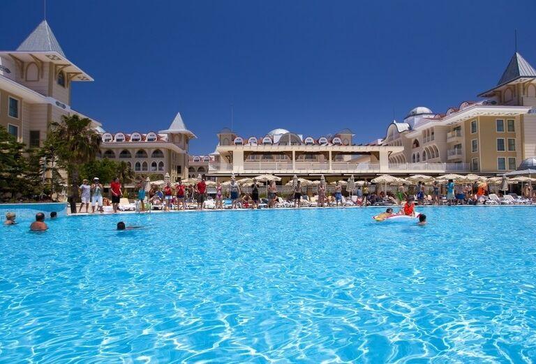 Pohľad od bazéna na hotel Side Star Resort
