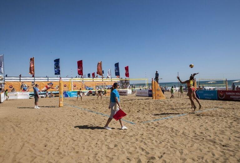 Hranie volejbalu na pláži