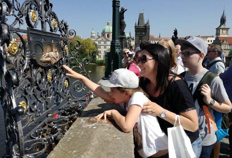 Návštevnící v Prahe