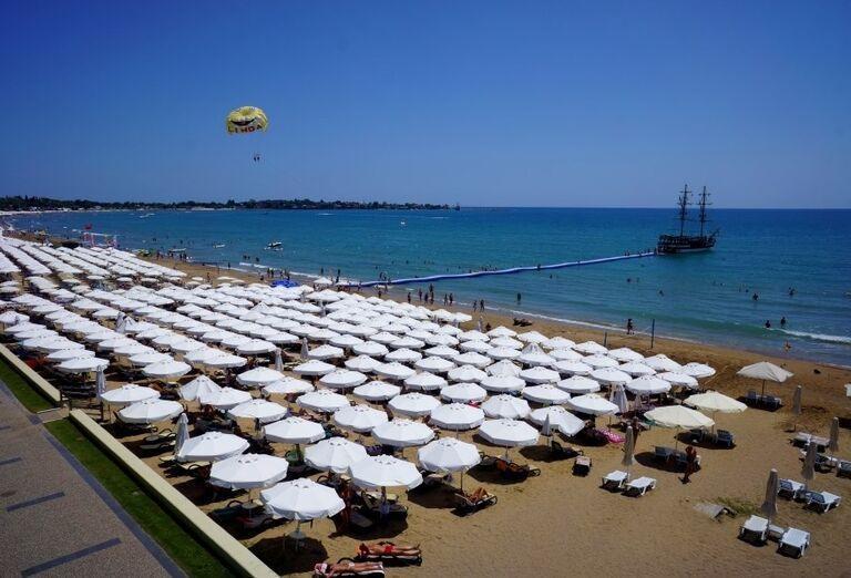 Ležadlá so slnečníkmi na pláži pred hotelom Side Star Elegance