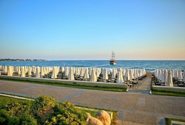Slnečníky na pláži pred hotelom Side Star Elegance
