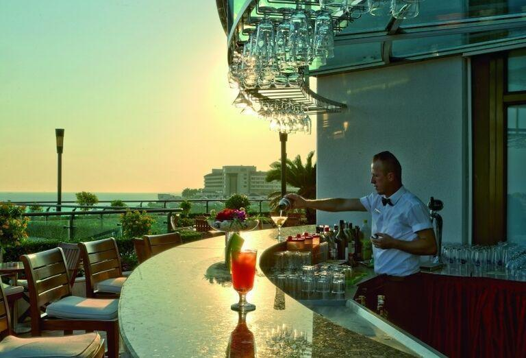 Barman pri miešaní drinkov v hoteli Side Star Elegance