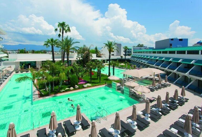 Bazén so slnečníkmi a ležadlami v hoteli Side Star Elegance