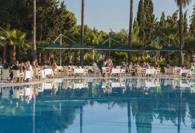 Posedenie pri bazéne v hoteli Iz Flower