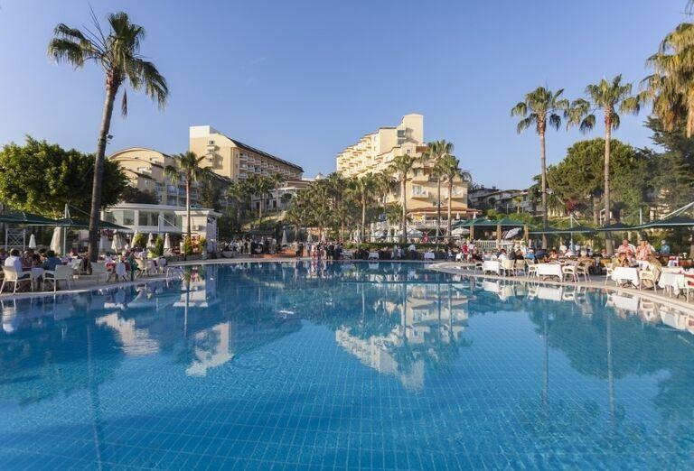 Bazén pred hotelom Iz Flower