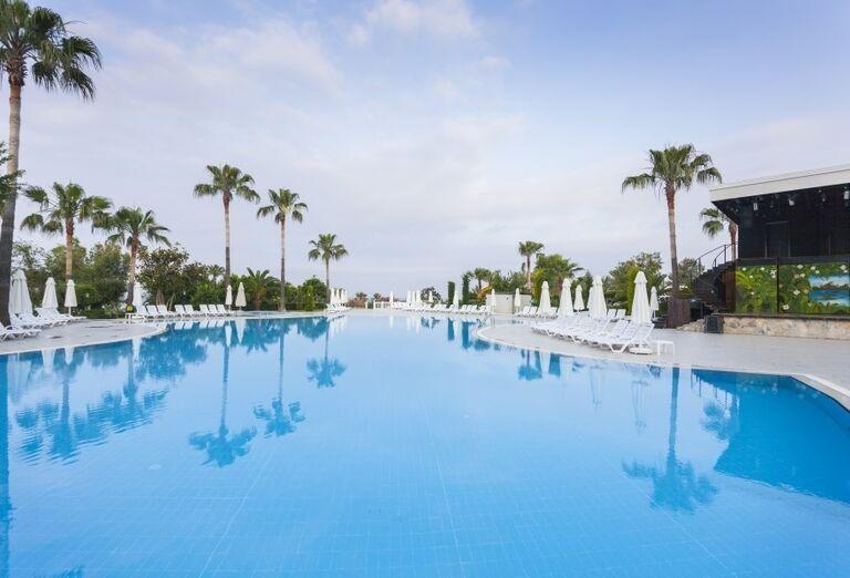 Bazén s ležadlami v hoteli Iz Flower