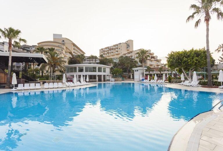 Bazén a pohľad na hotel Iz Flower