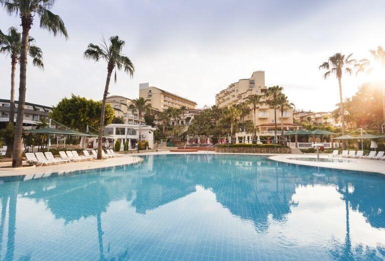 Pohľad od bazéna na hotel Iz Flower