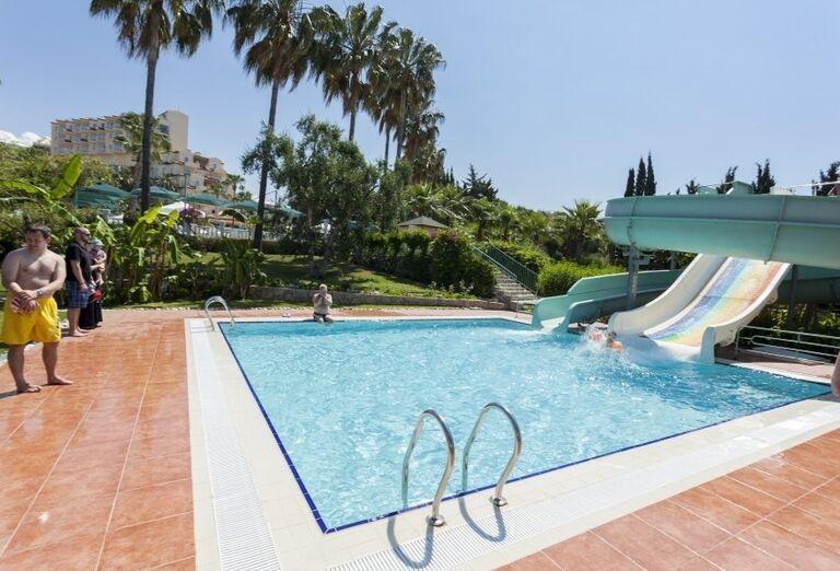 Bazén s tobogánom v hoteli Iz Flower