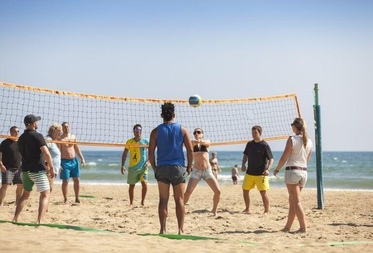 Zábava pri volejbale na pláži