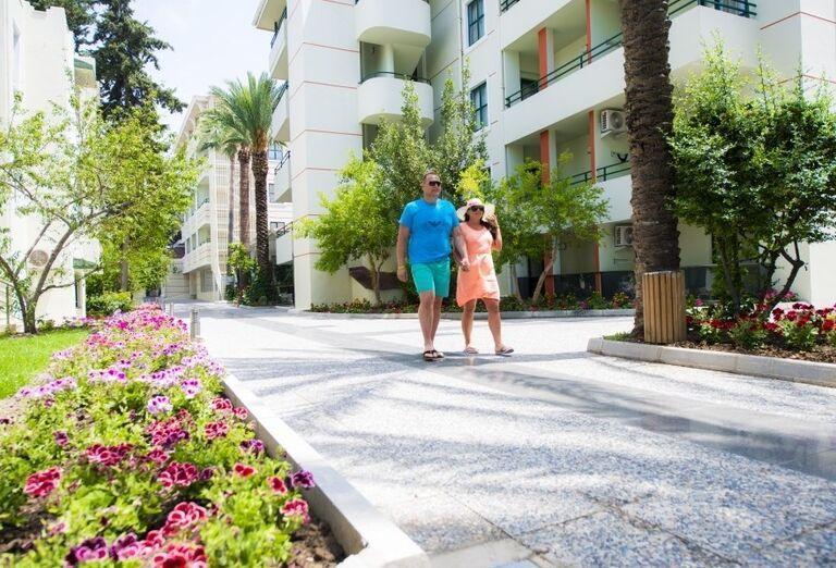 Dvojica na prechádzke po hoteli