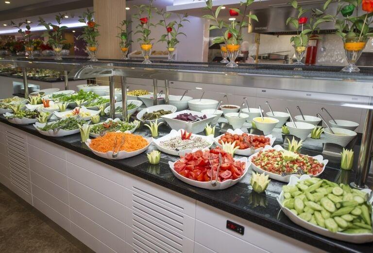 Ponuka zeleniny na švédskych stolov v hoteli Sandy Beach