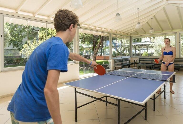 Mladý pár pri hraní stolného tenisu