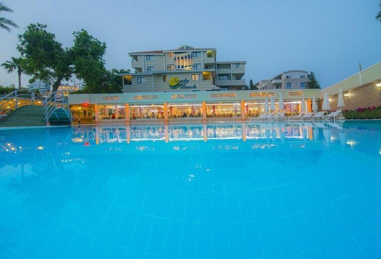 Bazén a hotel Sandy Beach