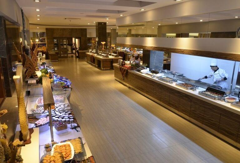 Švédske stoly v hoteli Port Side Resort