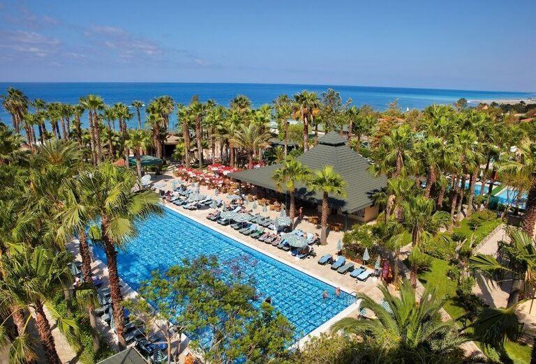Bazén v hoteli Meryan