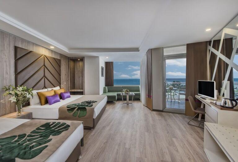 Izba s výhľadom na more v hoteli Delphine Be Grand Resort