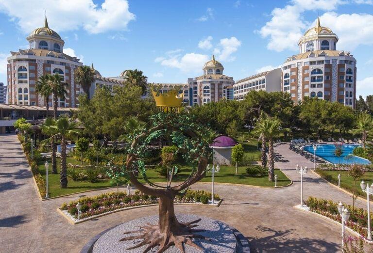 Pohľad zo záhrady na hotel Delphine Be Grand Resort