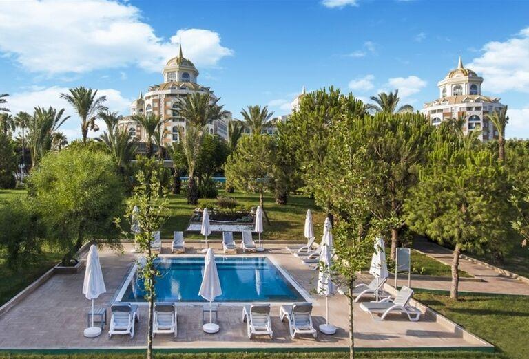 Vonkajší bazén s lehátkami v hoteli Delphine Be Grand Resort