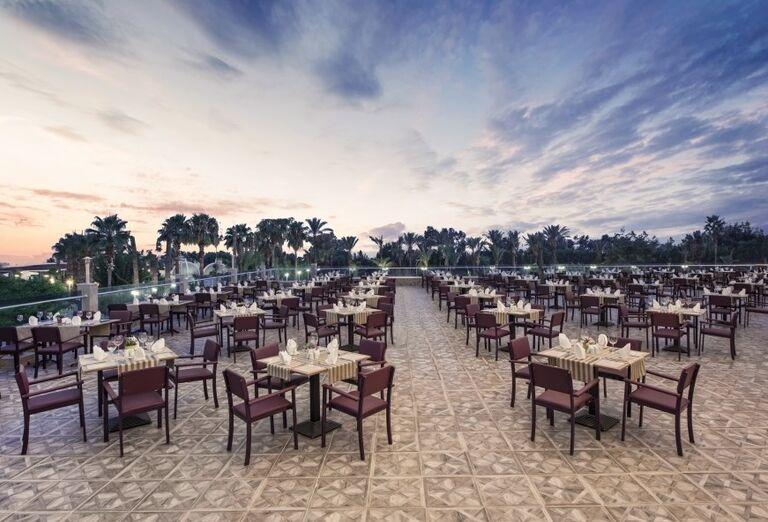 Vonkajšia terasa v hoteli Delphine Be Grand Resort