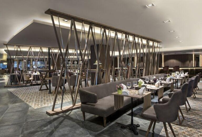 Príjmené posedenie v hotelovej reštaurácii, Delphine Be Grand Resort