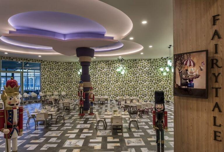 Reštaurácia so sedením pre najmenších v hoteli Delphine Be Grand Resort