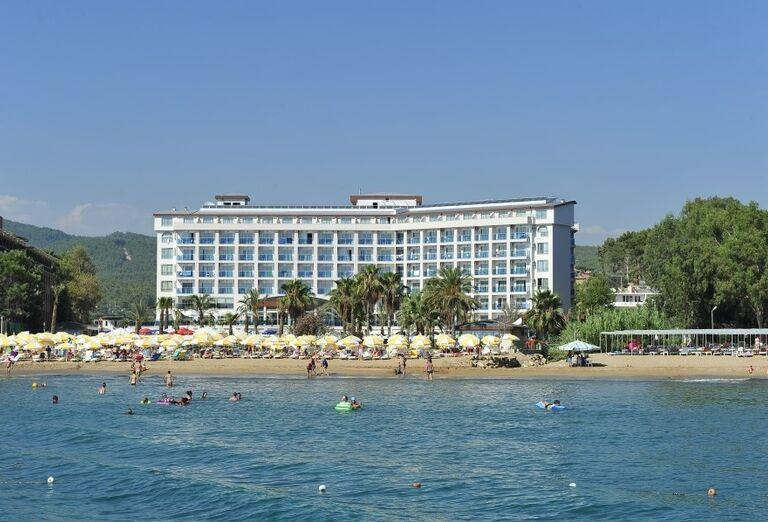 Pláž pred hotelom Annabella Diamond