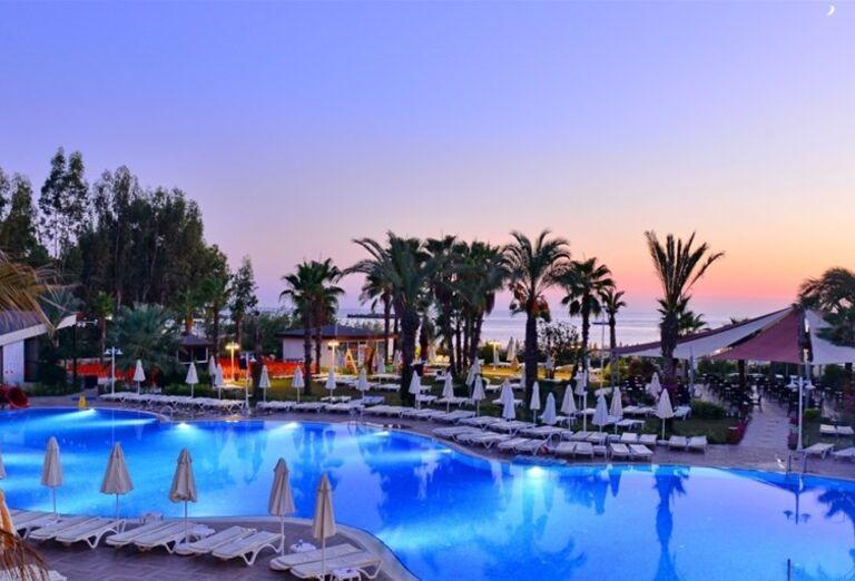 Bazén s ležadlami v hoteli Annabella Diamond