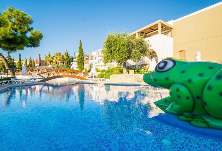 Umelá žaba v bazéne hotela Porto Angeli