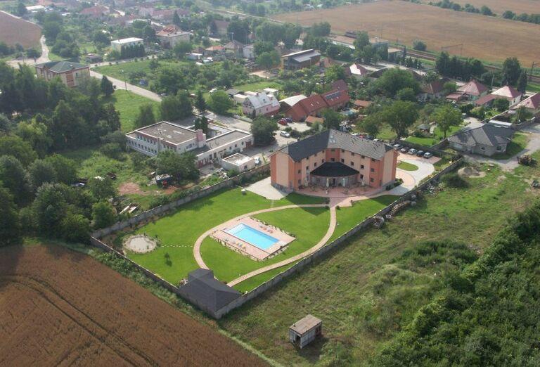 Pohľad z výšky na areál penziónu Prima