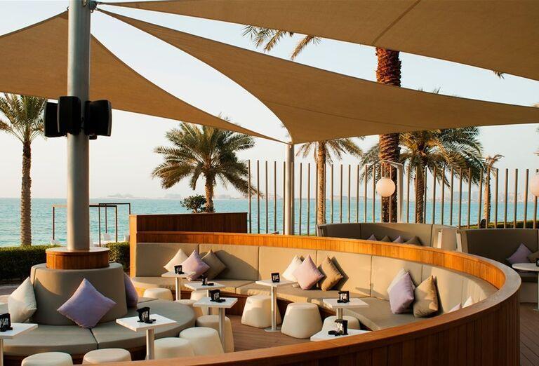 Posedenie na vonkajšej terase s výhľadom na more v hoteli Sheraton Jumeirah Beach Resort