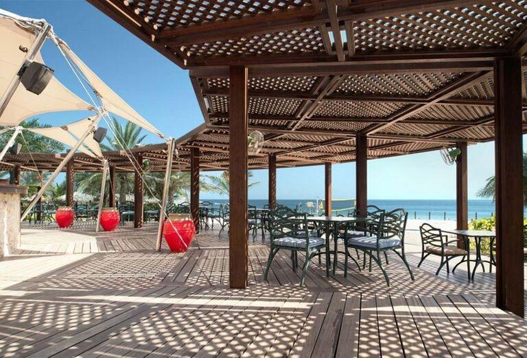 Vonkajšia terasa s výhľadom na more v hoteli Le Meridien Al Aqah Beach
