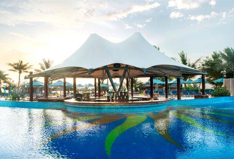 Bazén s barom v hoteli Le Meridien Al Aqah Beach