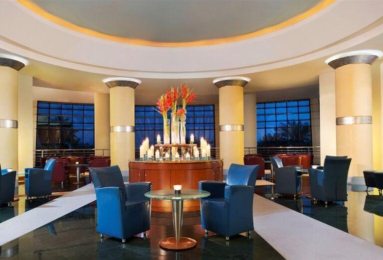 Posedenei v hoteli Le Meridien Al Aqah Beach