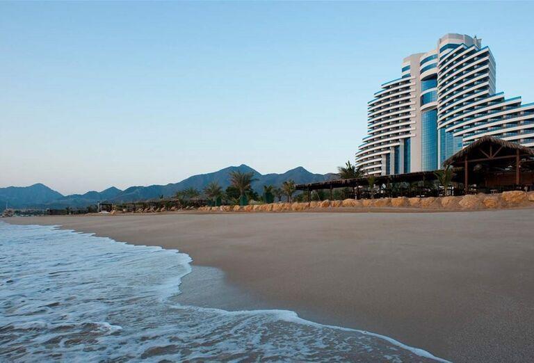 Pohľad na hotel a pláž Le Meridien Al Aqah Beach