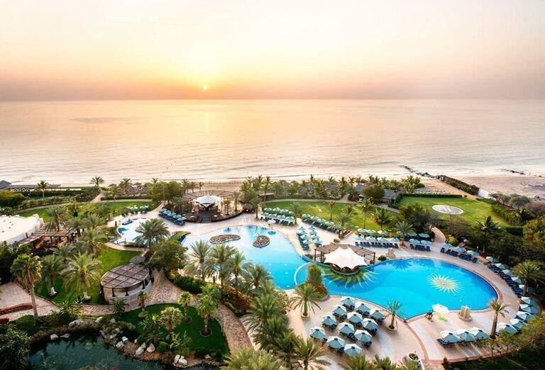 Pohľad z výšky na areál hotela Le Meridien Al Aqah Beach