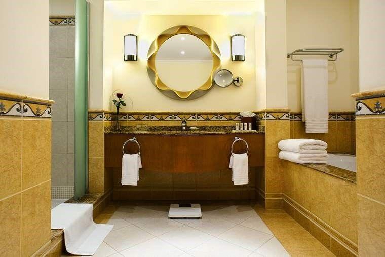 Ubytovanie a kúpeľňa v hoteli Le Meridien Al Aqah Beach
