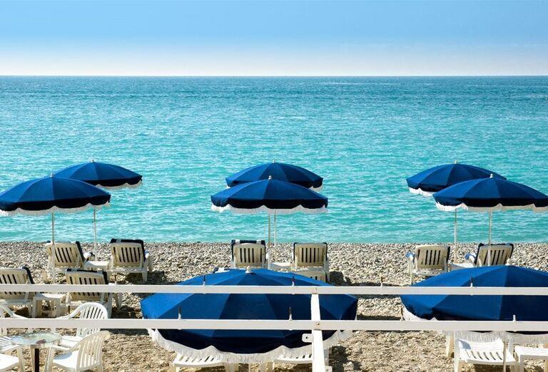 Ležadlá so slnečníkmi na pláži