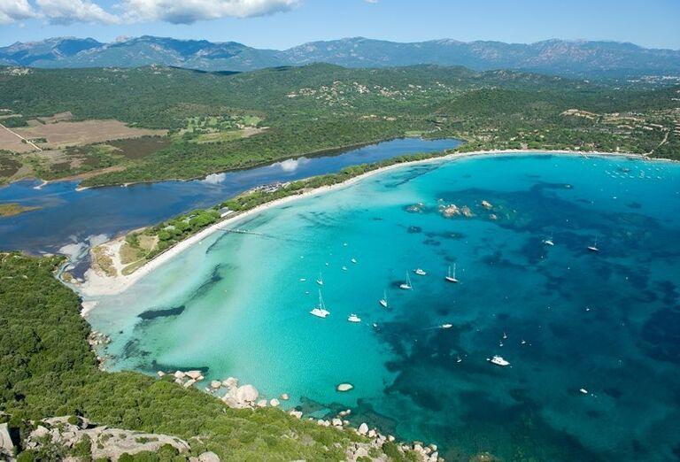 Krásna pláž Santa Giulia