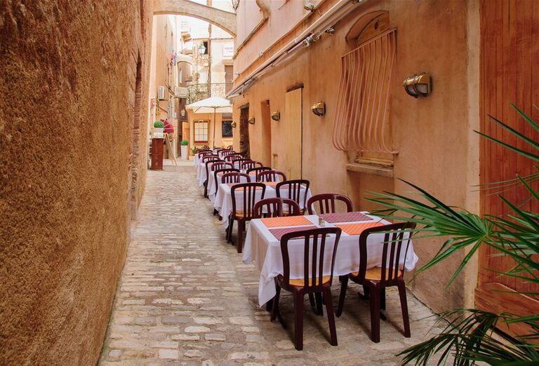 Uličky s reštauráciami v meste Bonifacio