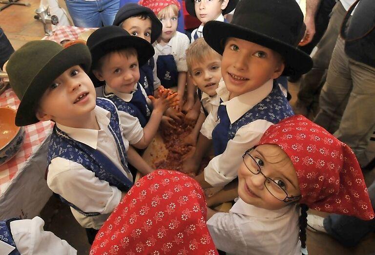 Deti vyrábajúce klobásy