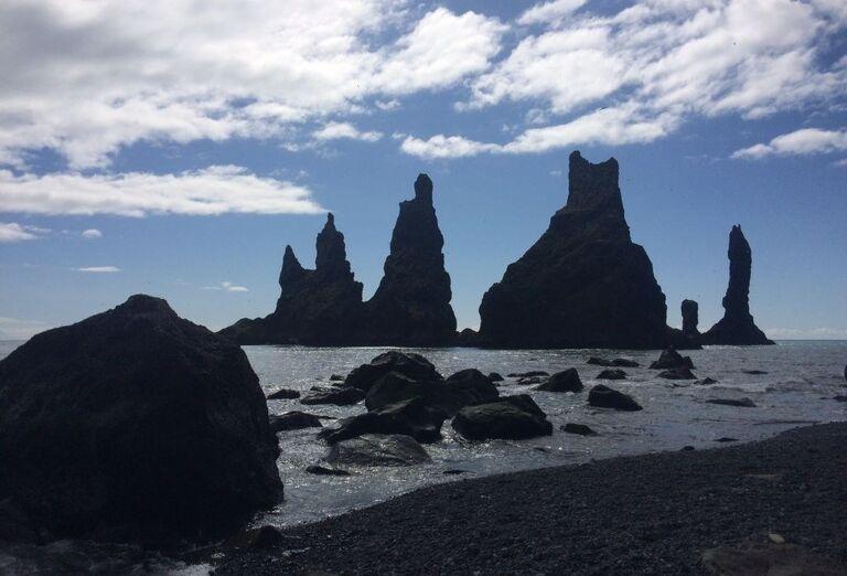 Morské komíny Reynisdrangar vo Víku