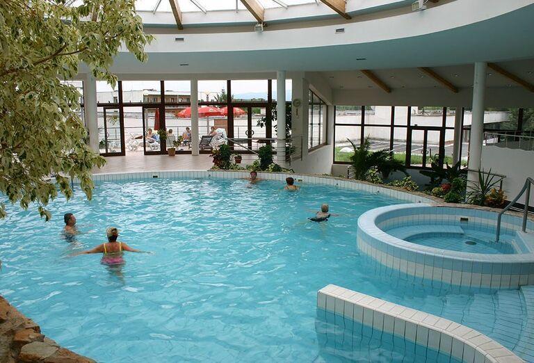 Vnútorný bazén v hoteli Flóra
