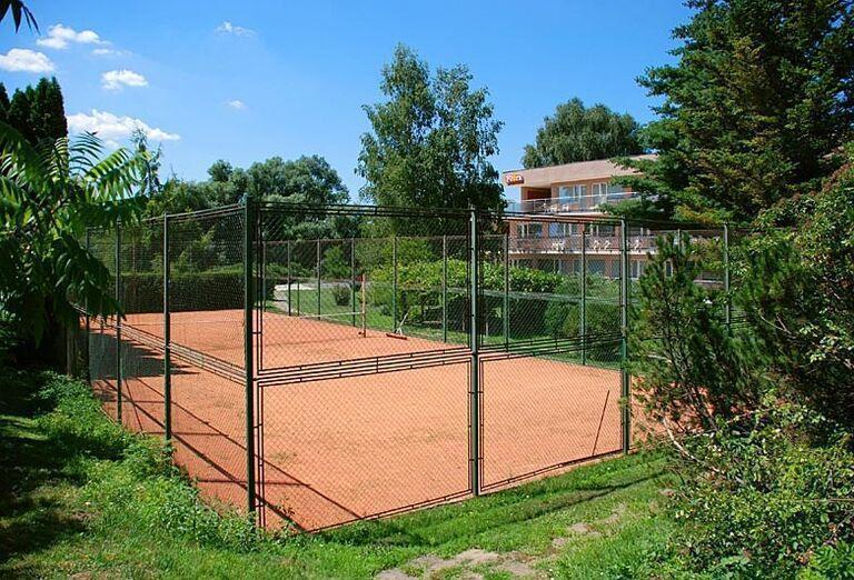 Tenisové ihrisko v hoteli Flóra