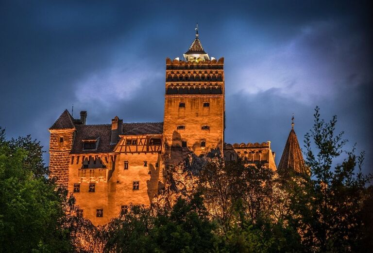 Večerný Drakulov hrad Bran