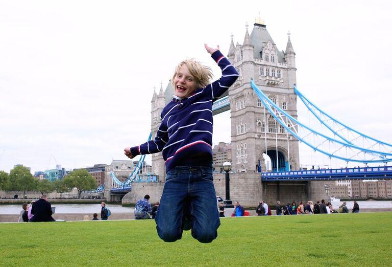 Chlapec pred Tower Bridge